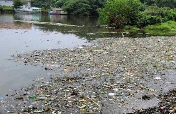 Ashtamudi-Lake-waste-dumpin